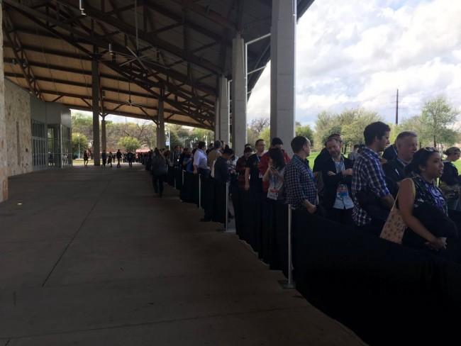 排队入场的人群